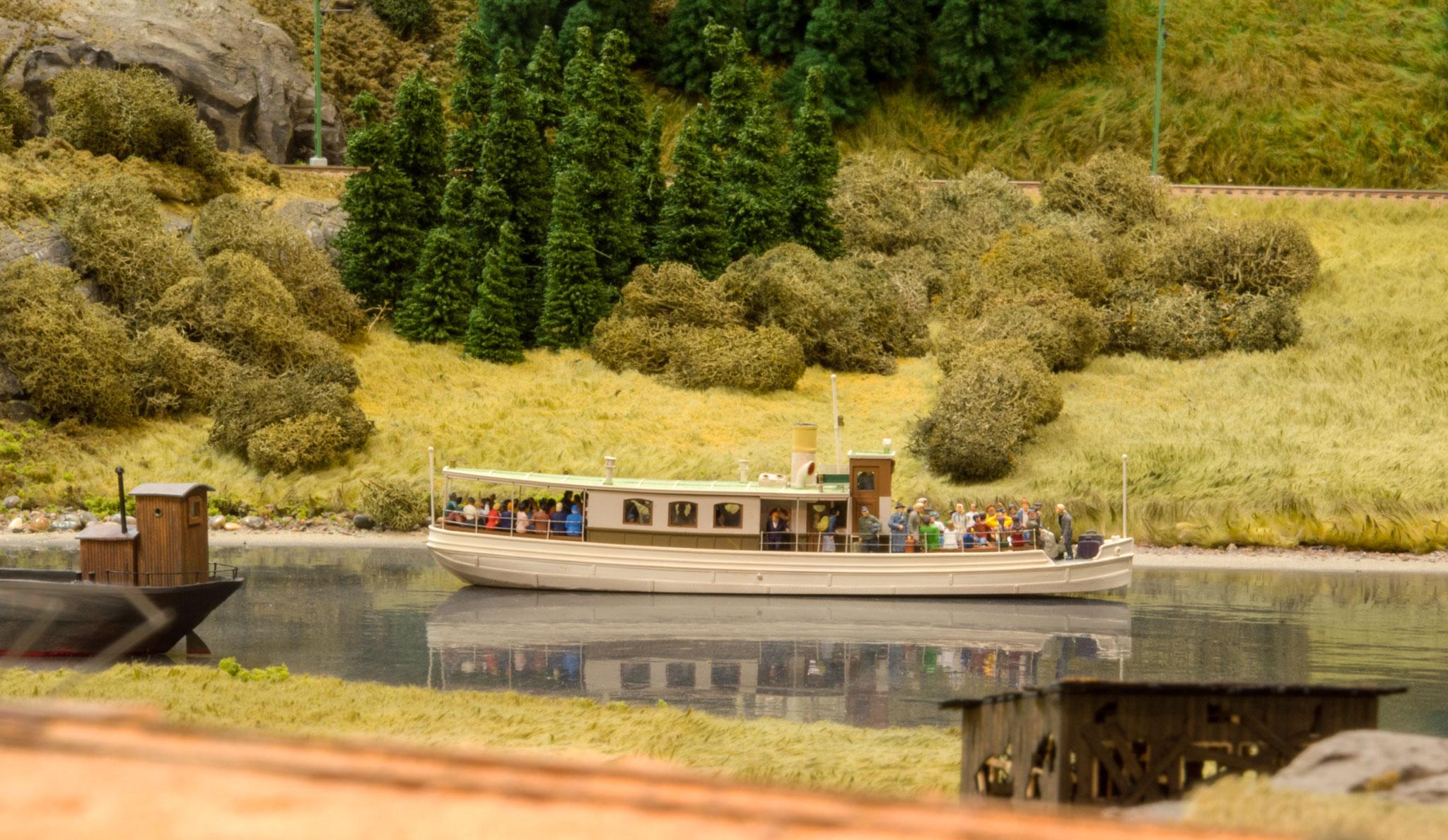 Dampskibet Elsa møder en motorpram ved indløbet til Dalslands kanal