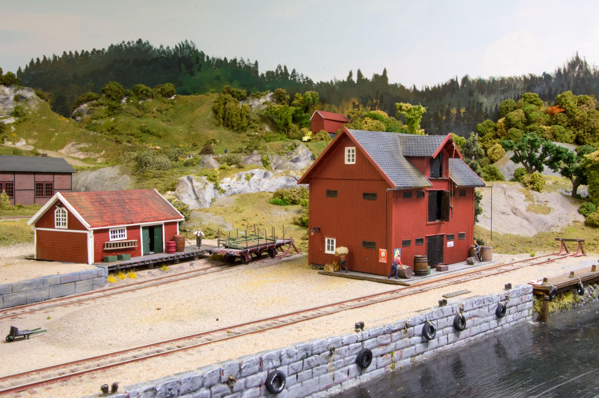 Lagerbygning på havnesporet i Korted (th.), scratchbygget i NorthEastern træ af Peter Falk. (Forbillede: Magasinet i Upperud, ved Dalslands Kanal.  Bygningen står stadig)