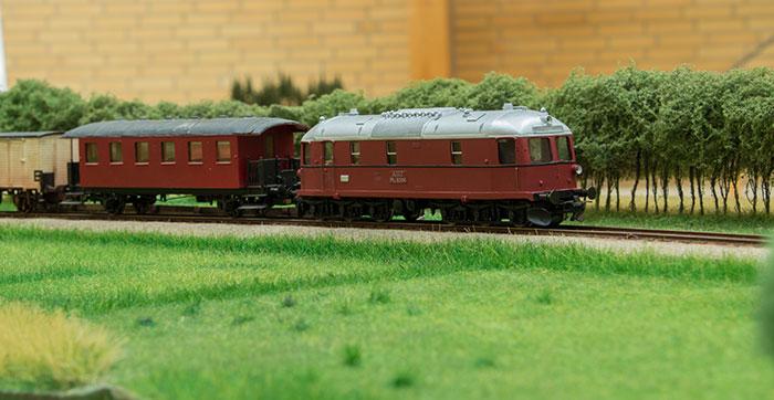 AHJ Ml 5206 med tog ved Broløs trinbræt