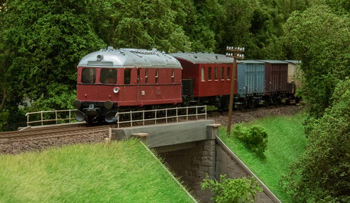 AHJ med tog på bro