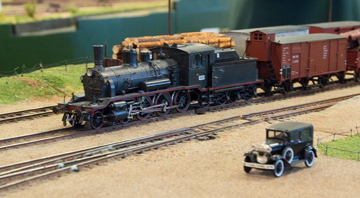 Håndbygget Steinar & Steinar model af norsk privatbane-damplokomotiv med godstog