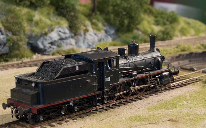 Håndbygget Steinar & Steinar model af norsk privatbane-damplokomotiv ved drejeskive
