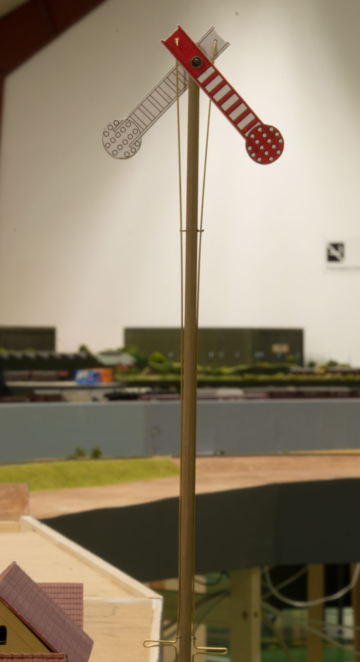 """På privatbanen brugtes tydelige I-signaler som en del af toglederdriften - i mangel på signaler i korrekt skala.  Signalet her er sat på """"ubetjent""""."""