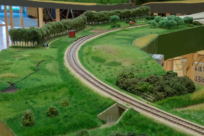 Broløs trinbræt efter forbillede på Mariagerbanen.  Bygget af Ulrik Demant