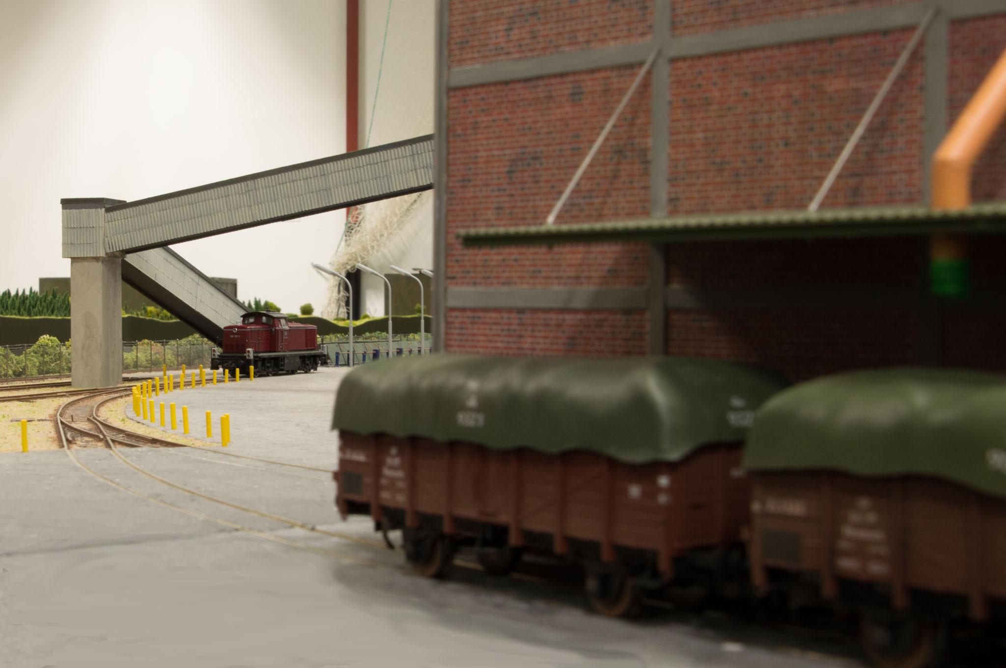 E-vogne aflæsses ved Superfos, der er bygget af Birger Charitonoff.