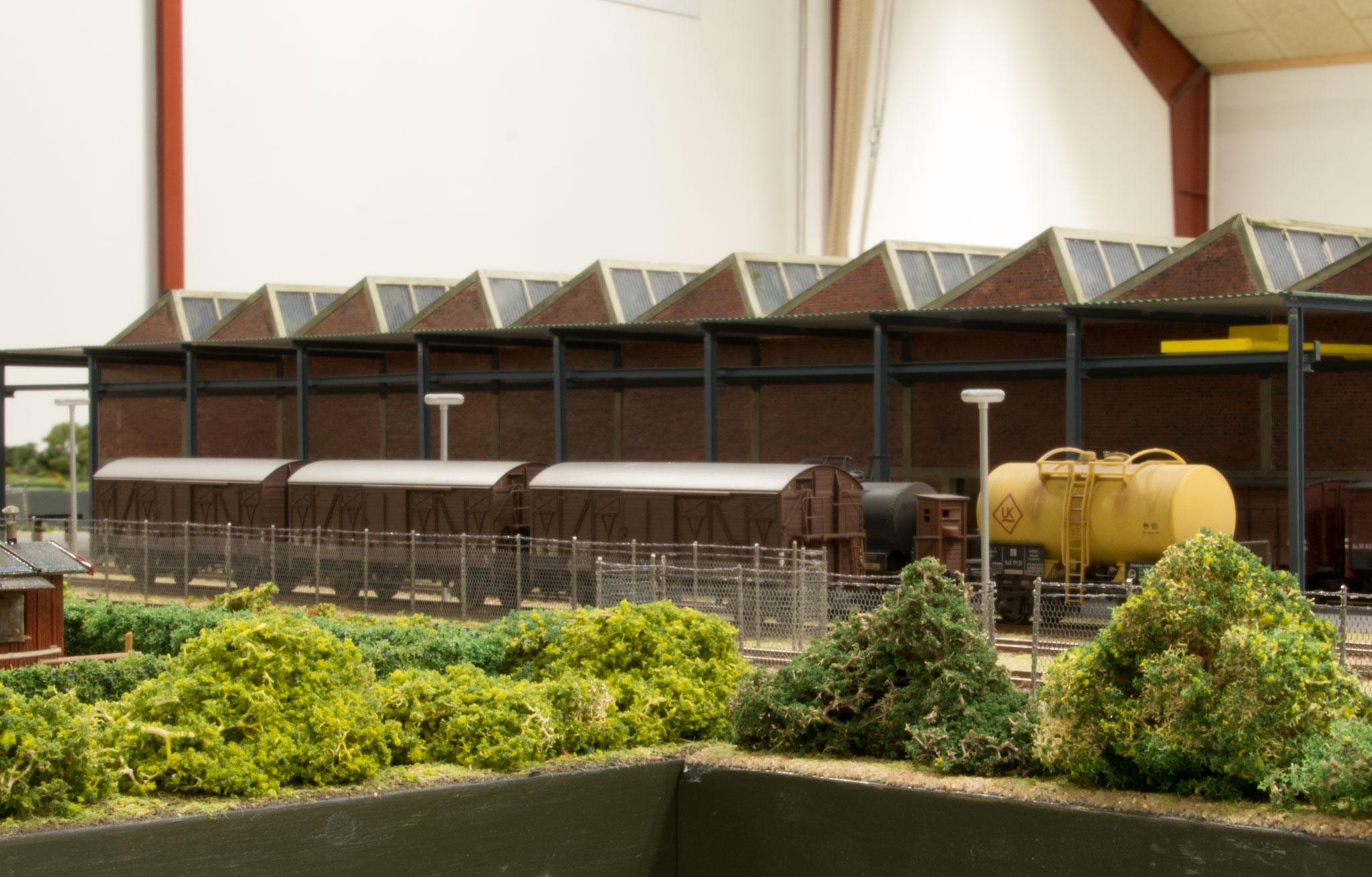 Vogne ved fabriksbygning på Superfos-anlægget