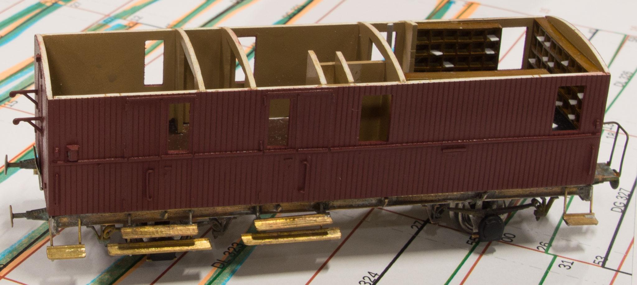 Henrik Høeghs model af VLTJ Ep 58 med taget fjernet, så man ser postsorteringsreolen komplet med breve