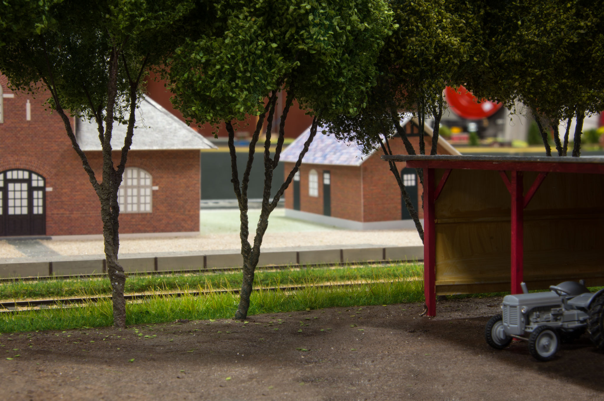 En traktor parkeret overfor Frøstrup stationsbygning
