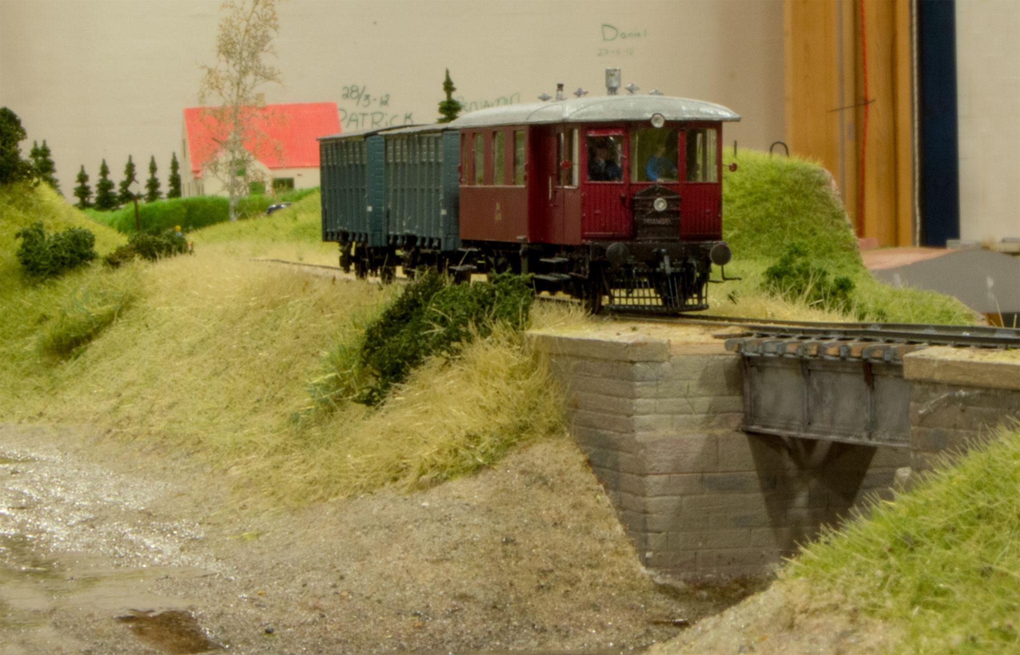 Triangel motortog på vej mellem Vårst og Sæby er nået til broen ved Næsset