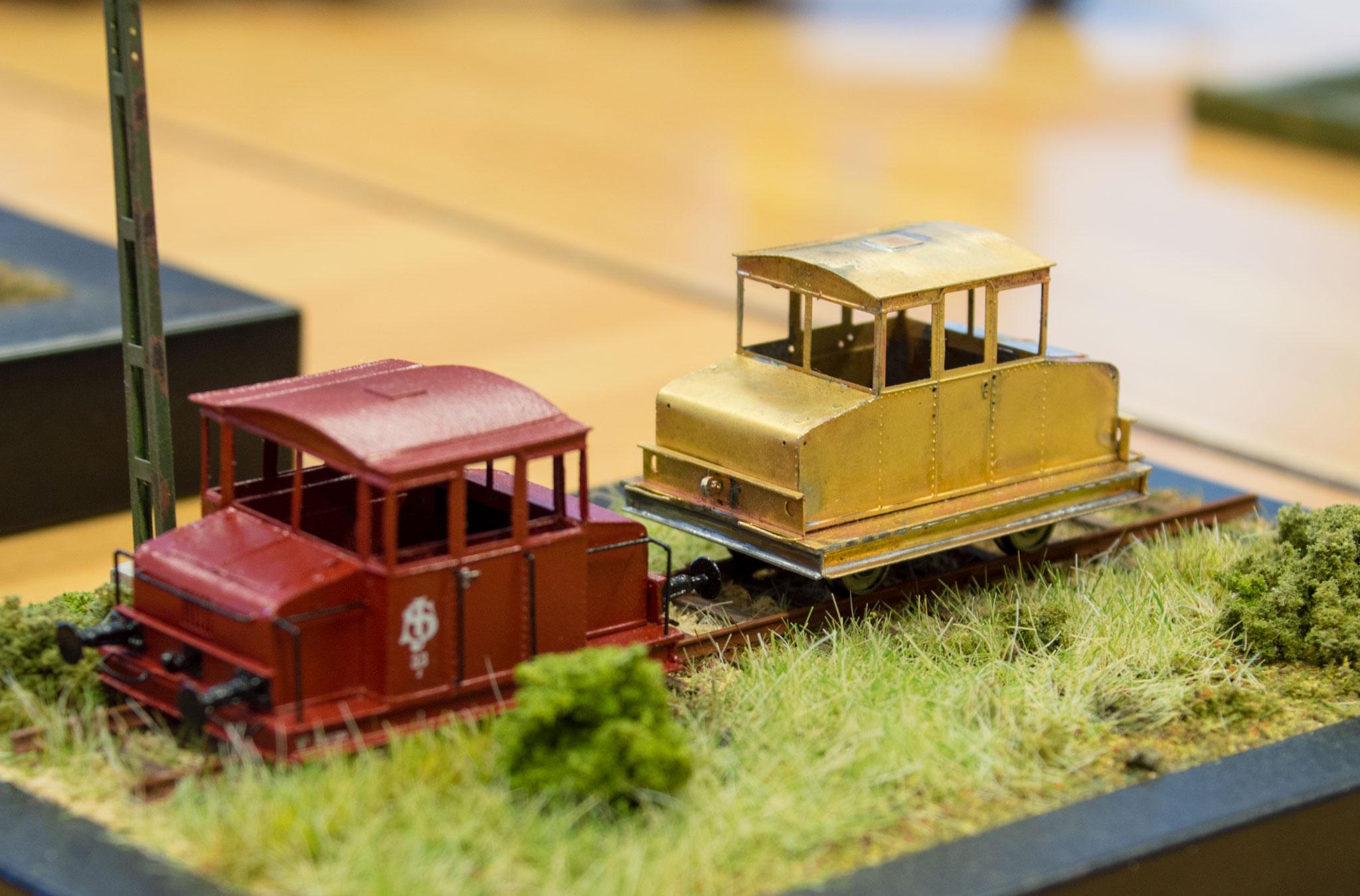 Diorama med håndbygget rangertraktor og rangertraktoroverdel i SJ-bemaling