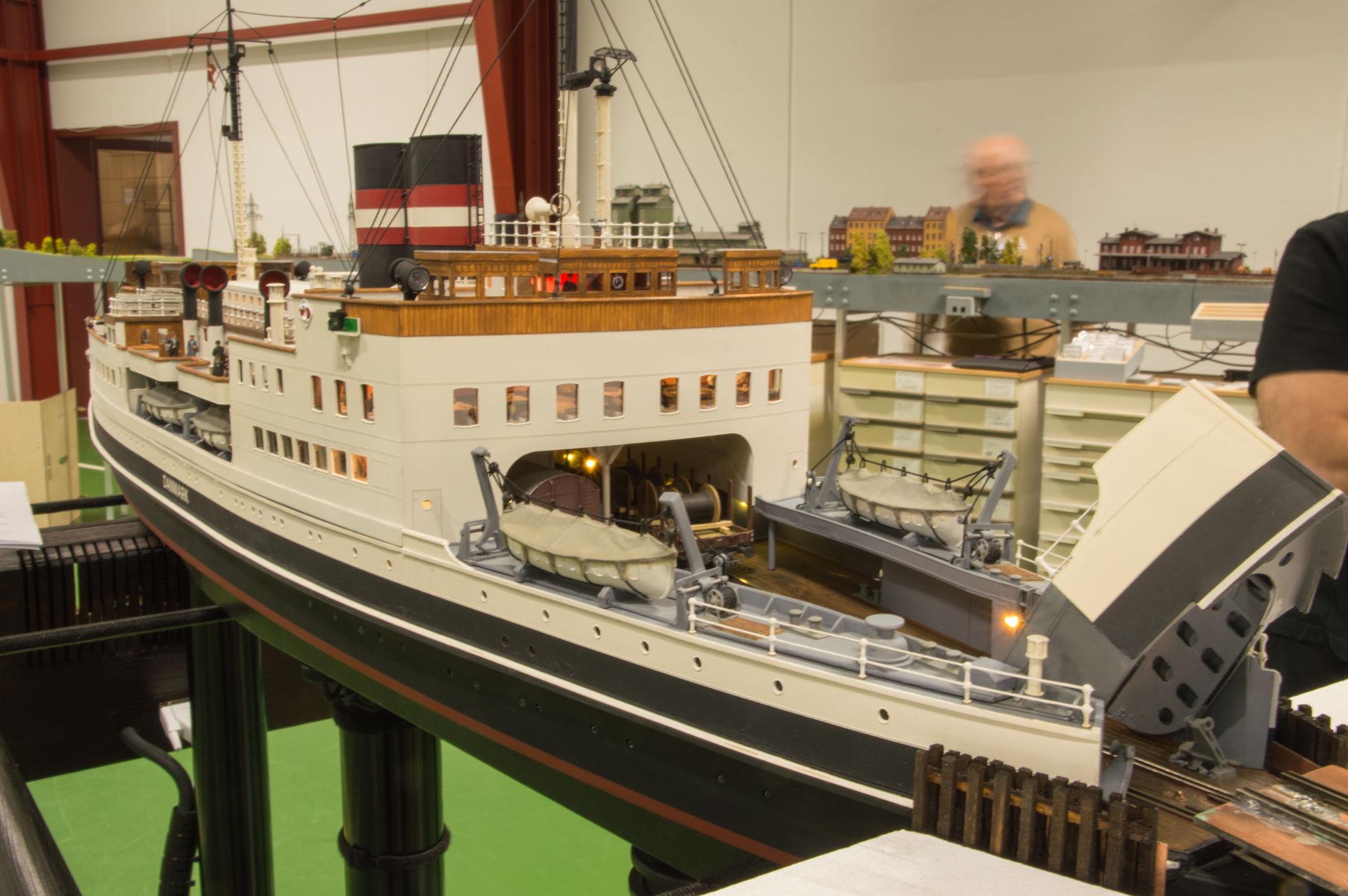 Andreas Lenz' håndbyggede model af færgen S/S Danmark lægger til ved et af de to færgelejer