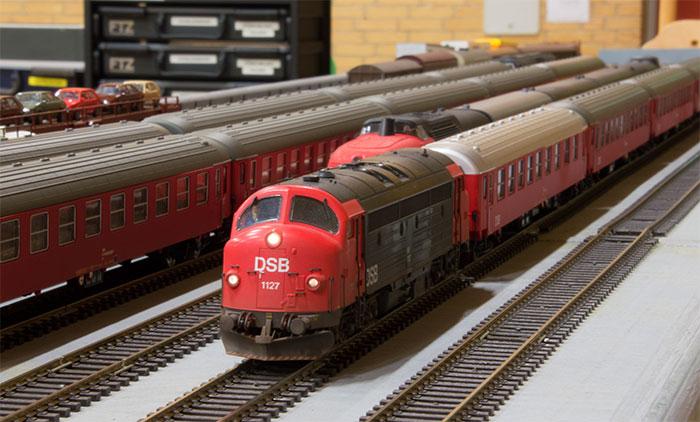 MY 1127 med togstamme venter på at komme ud på sporet