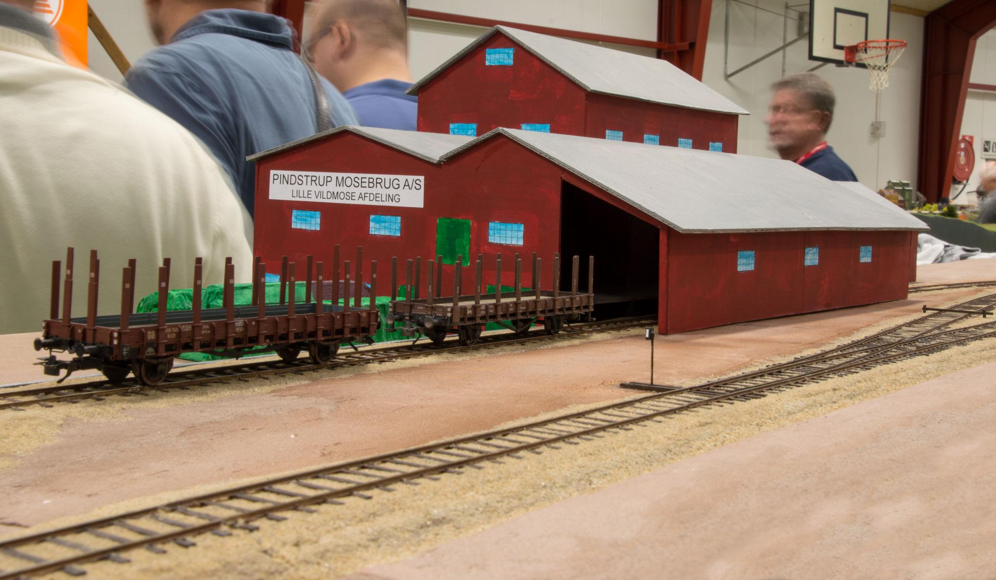 Lars Nilssons model af Pindstrup Mosebrug er godt på vej - her med en mockup af tørvehallen.