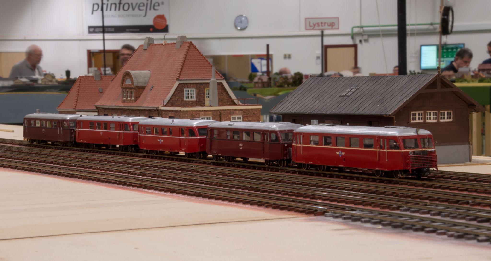 Sidste ordinære persontog på privatbanen lørdag aften - billedet er taget på Sæby station
