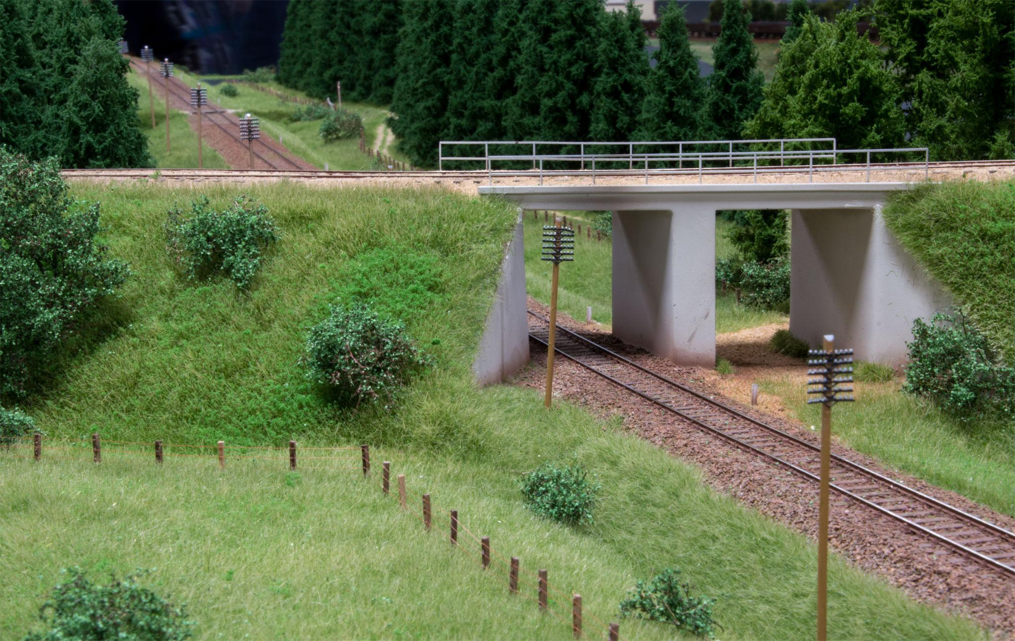 Mikkel Møller Nielsens flotte model af TKVJs bro nord for Grindsted.  TKVJ krydser over den skæve bane mellem Brande og Funder