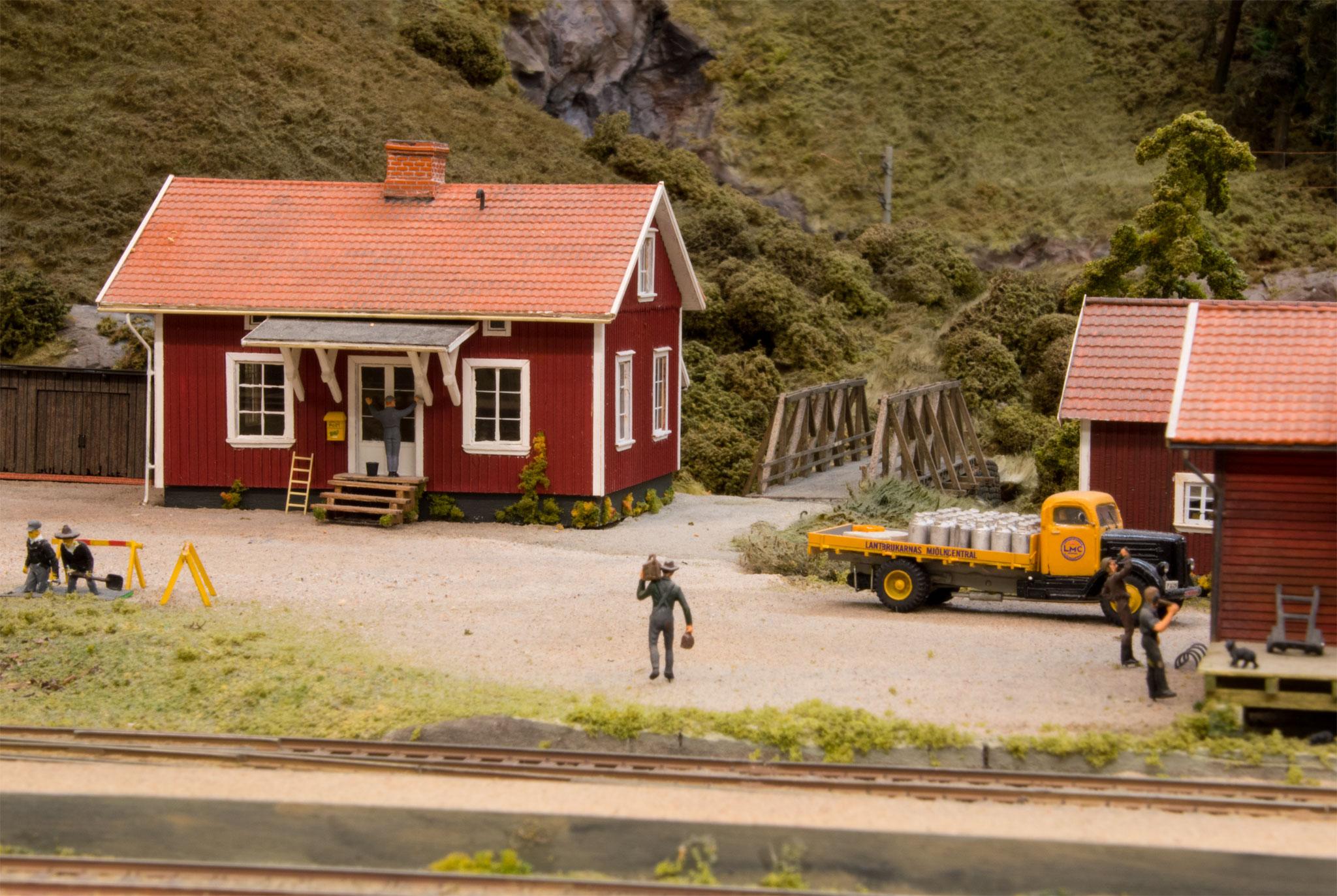 Hus bag Bredfors station