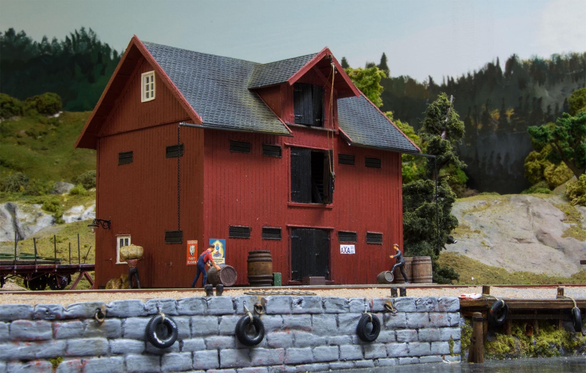 Lagerbygning på havnesporet i Korted, scratchbygget i NorthEastern træ af Peter Falk. (Forbillede: Magasinet i Upperud, ved Dalslands Kanal.  Bygningen står stadig)