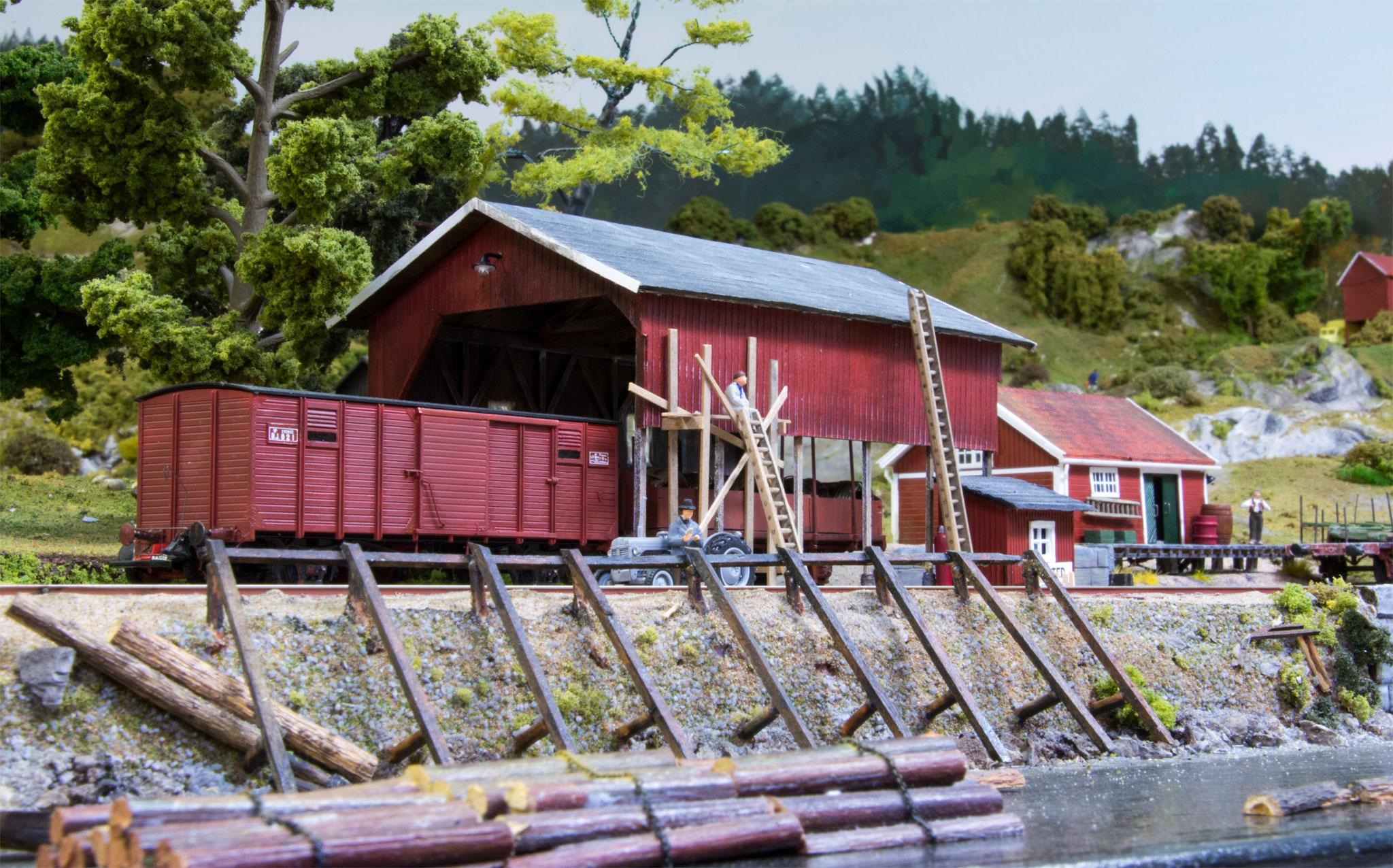 Omladningsskur på havnesporet i Korted, scratchbygget i NorthEastern træ af Peter Falk. (Frit efter det, som fandtes i Dals Långed på Dal Västra Värmlands Järnvägar)