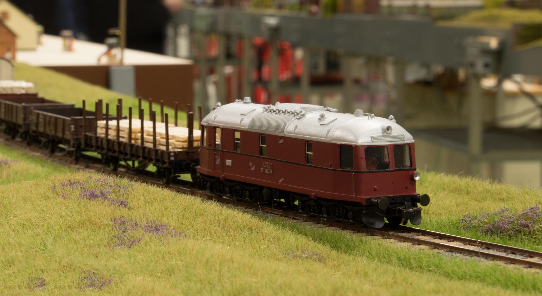 AHJ Ml 5206 med godstog har lige forladt Sæby station og begiver sig ud på privatbanestrækningen
