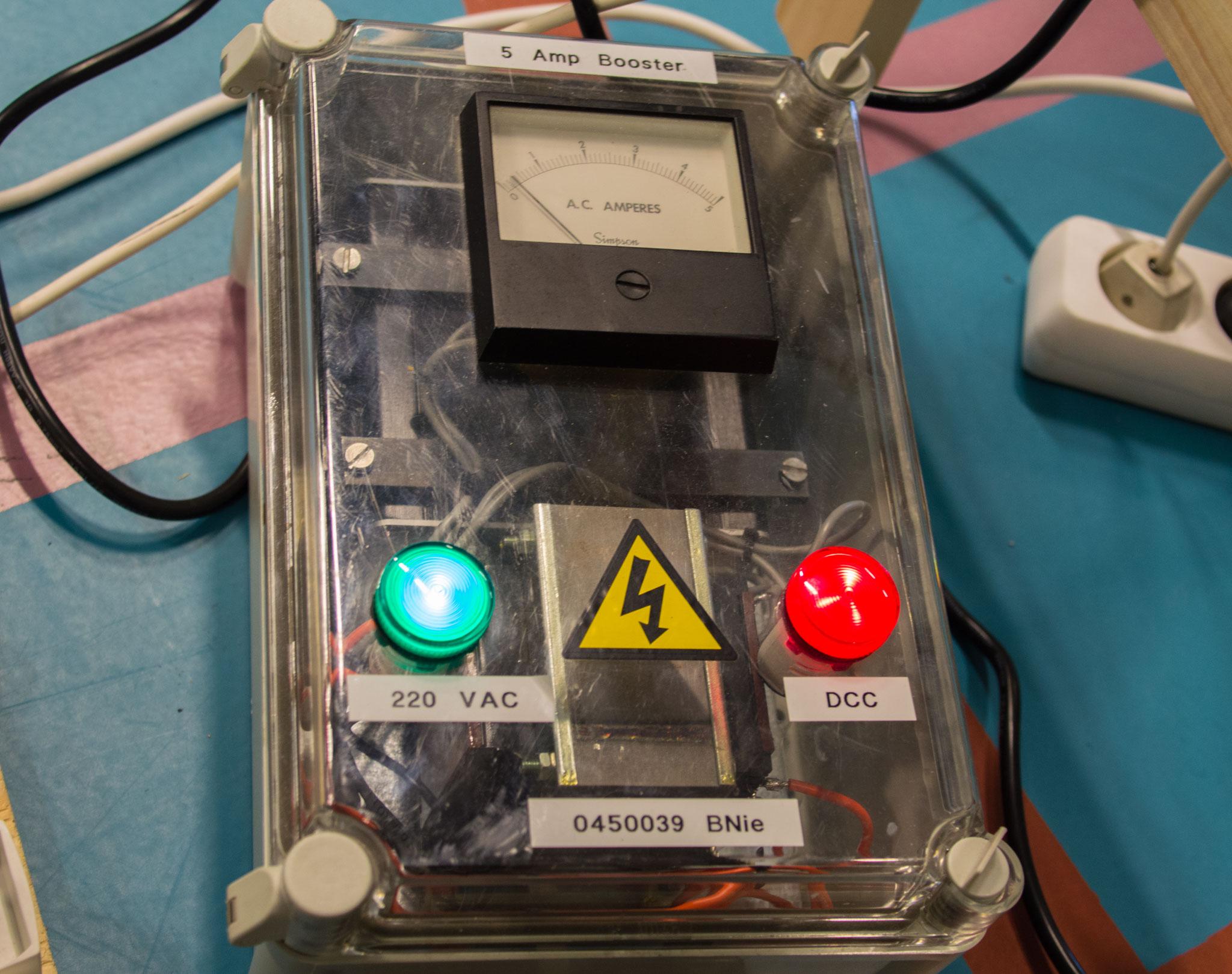 Et eksempel på en booster, som forstærker DCC-signalet fra master'en, inden det sendes ud i skinnenettet