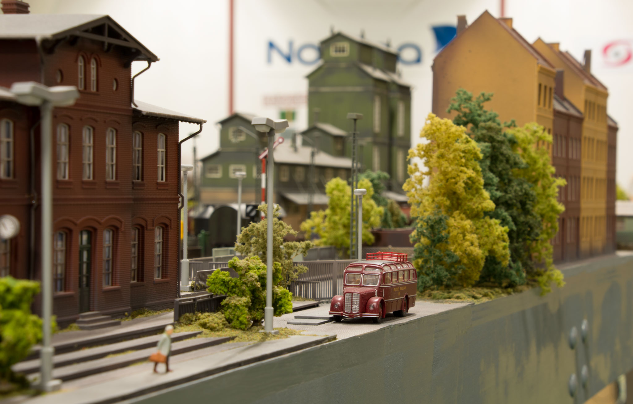 Fabriksbygning og ejendomme ved Burg am Stausee på den tyske strækning