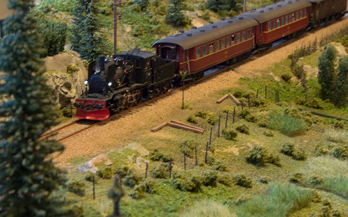 Håndbygget lokomotiv med håndbyggede vogne
