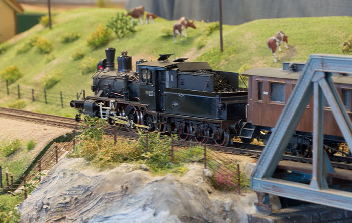 Håndbygget lokomotiv ved bro