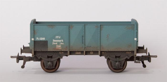FFJ PU 1216.  Desværre er grundfarven forkert, så vognen skal ved lejlighed males grå.