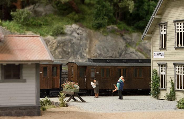 Kærestepar genser hinanden på Grimstad station