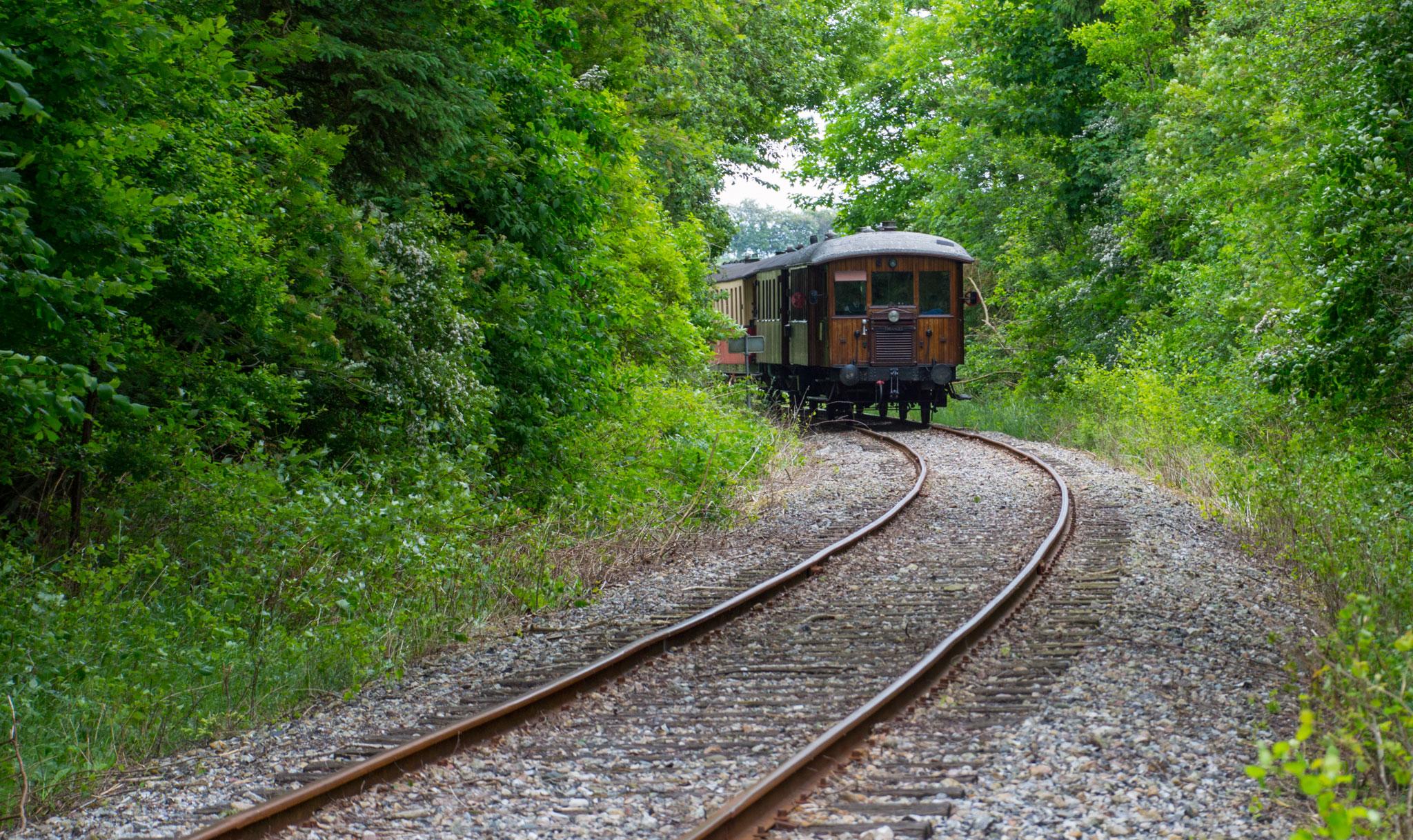SB M 2 slæbes tilbage til Mariager i et tog trukket af MVHJ M 5