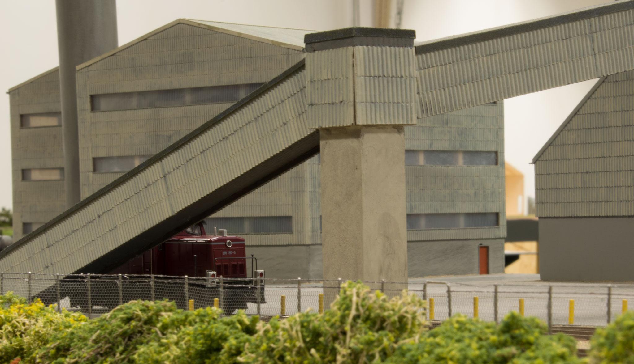 Fabriksbygninger og en enkelt maskine på det store Superfos-anlæg