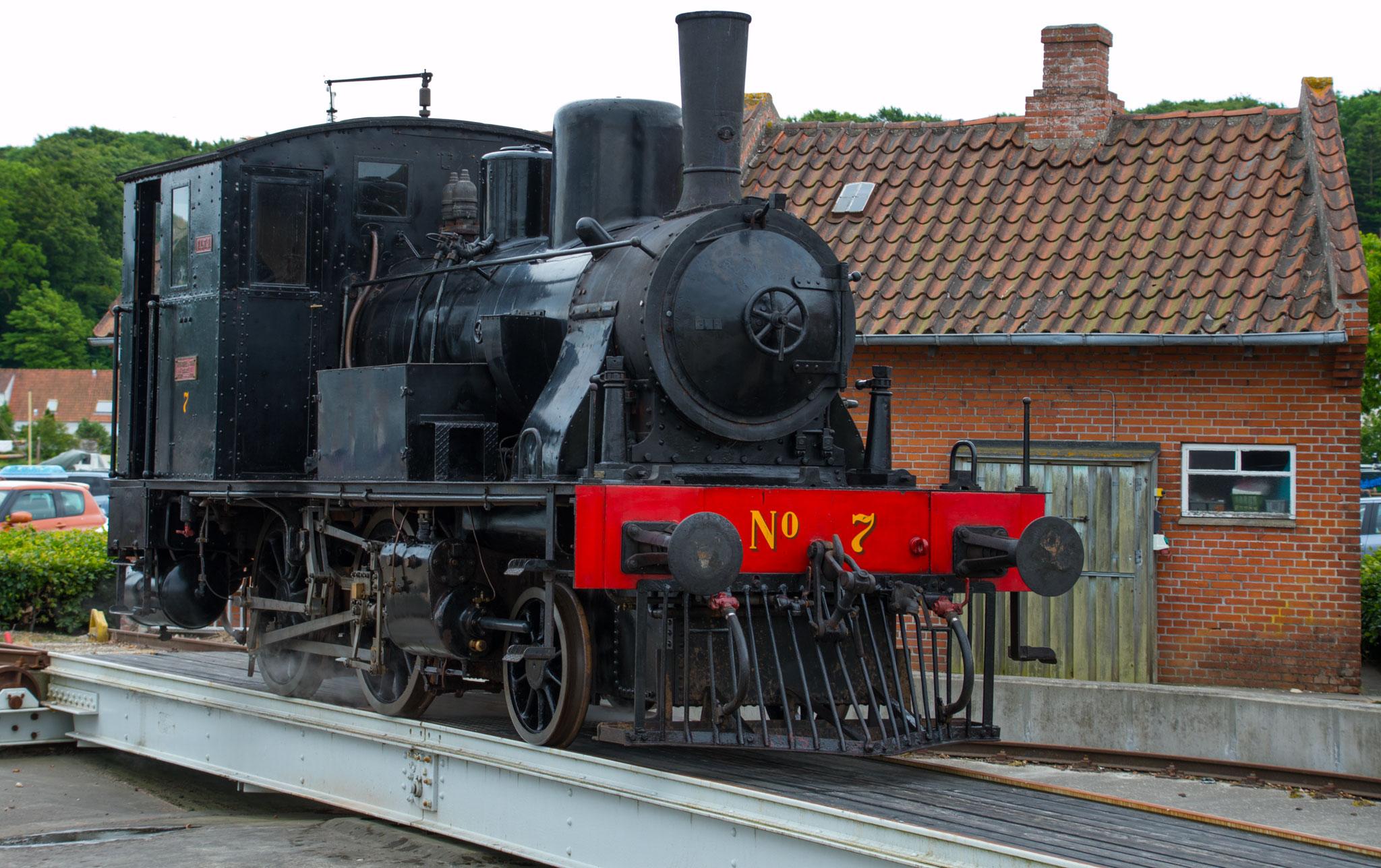 Det tyskbyggede Henschel-loko VLTJ No 7 fremvises på drejeskiven i Mariager