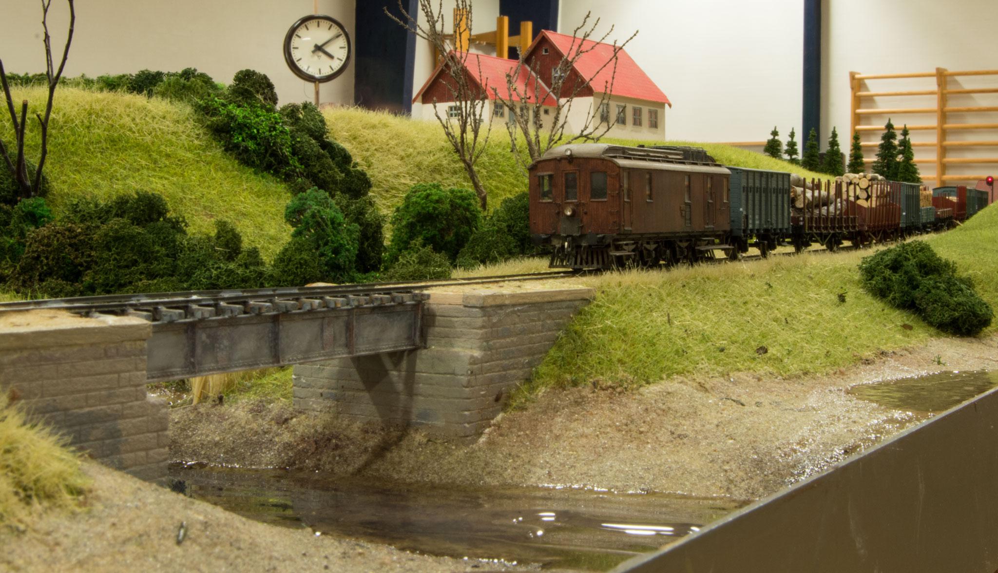 Et godstog trukket af Henrik Poulsens håndlavede model af HHJ M1 er lige afgået fra Sæby og har retning mod Vårst