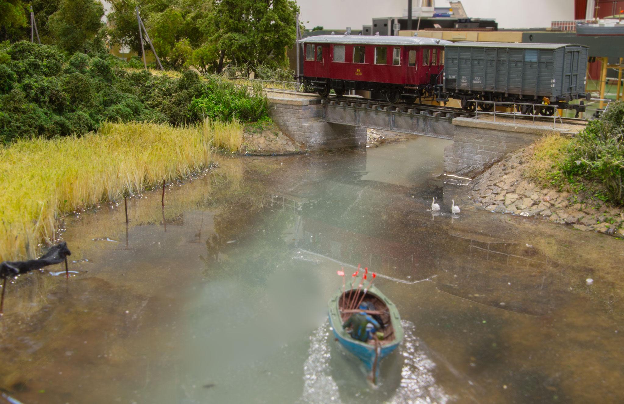 Et motortog passerer broen ved Næsset