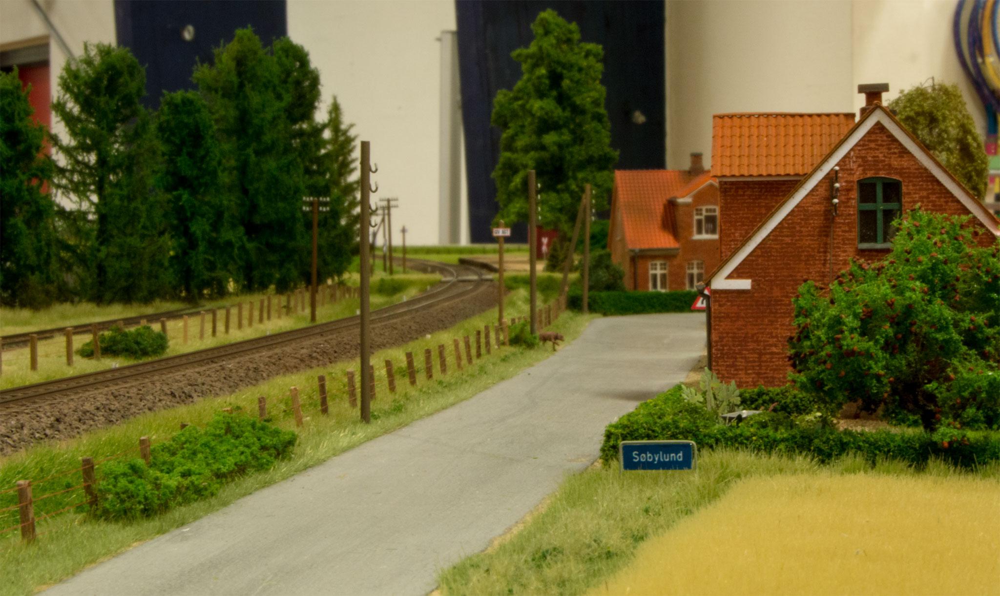 Nogle få huse giver indtryk af den lille Søbylund by i den ene ende af Torben Muncks moduler